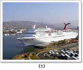 港に停泊する5万トン級客船
